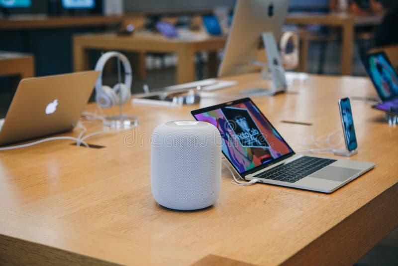 Ventas de los productos de Apple incluyendo altavoces inalámbricos, ordenadores portátiles y teléfonos en Apple Store oficial en  fotografía de archivo libre de regalías