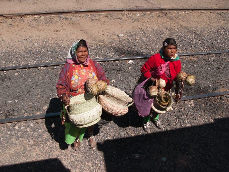 Vente ambulante à l'arrêt de train photographie stock libre de droits