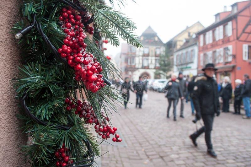 Vente au détail de main de barmaid avec le verre de vin chaud décoré sur le marché de Noël photos stock