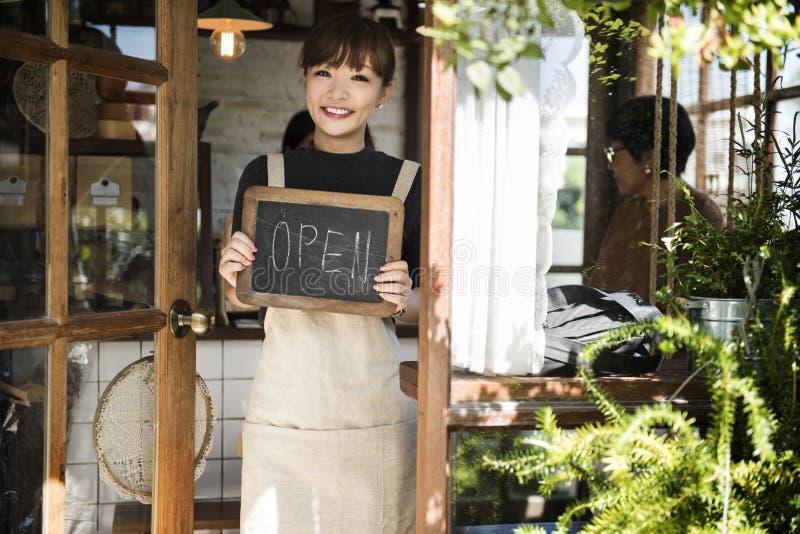 Vente au détail Front Concept d'avis d'accueil de vente au détail d'atelier ouvert de café photos stock