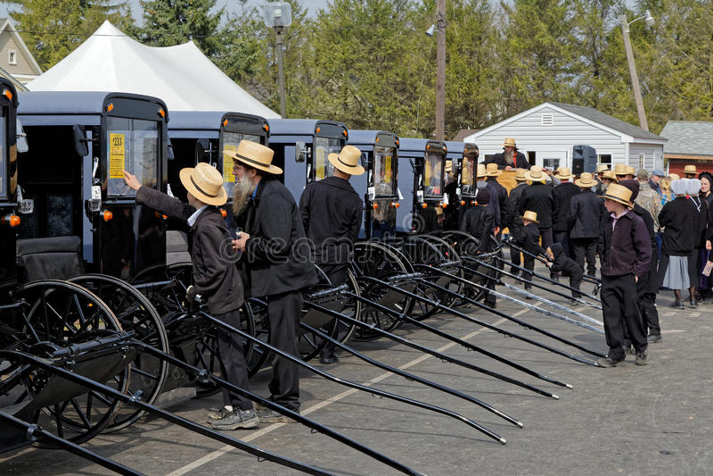 Vente aux enchères amish de chariot dans le comté de Lancaster photos stock