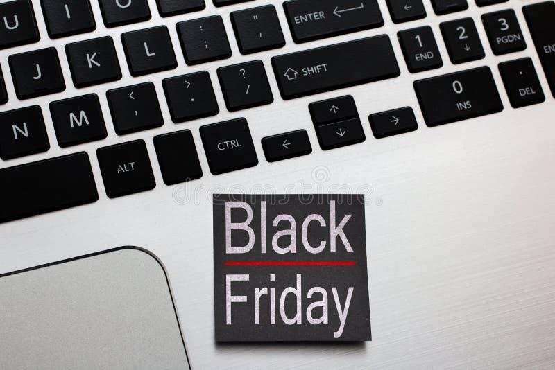 Vente d'achats de Black Friday Rappel de post-it sur l'ordinateur portable images stock