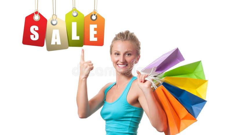 Vente d'achats La femme heureuse tient des paniers photographie stock libre de droits