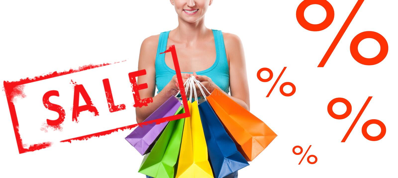 Vente d'achats La femme heureuse tient des paniers photo stock