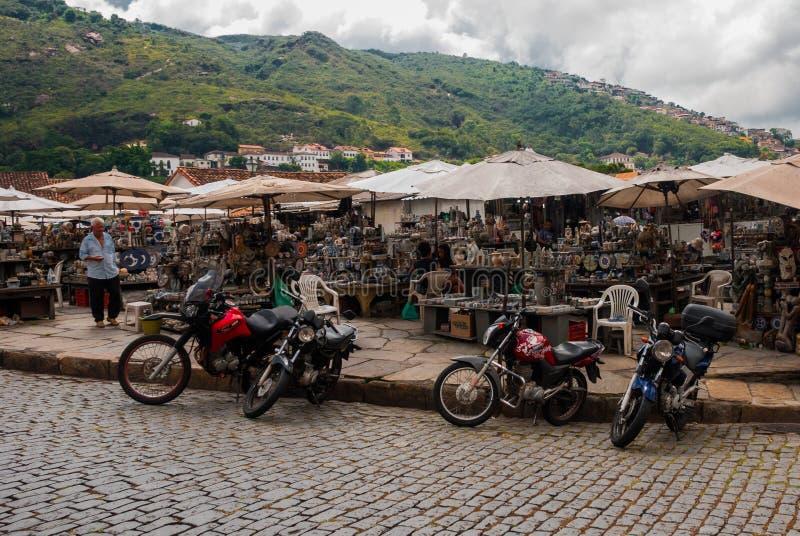 Vente d'artisanat sur un marché public sur la rue Ville d'Ouro Preto en Minas Gerais, Brésil image libre de droits