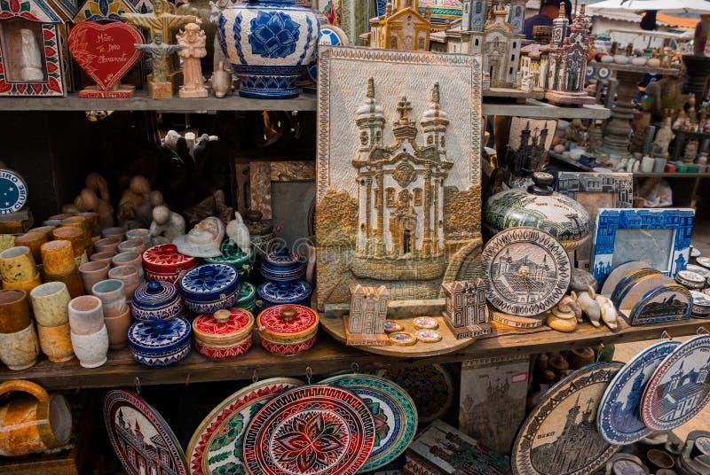 Vente d'artisanat sur un march? public sur la rue Ville d'Ouro Preto en Minas Gerais, Br?sil photos libres de droits