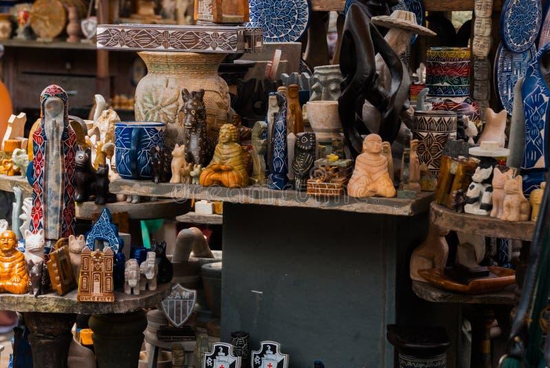 Vente d'artisanat sur un march? public sur la rue Ville d'Ouro Preto en Minas Gerais, Br?sil images stock