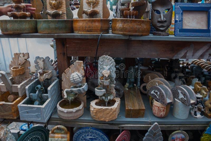 Vente d'artisanat sur un march? public sur la rue Ville d'Ouro Preto en Minas Gerais, Br?sil image libre de droits