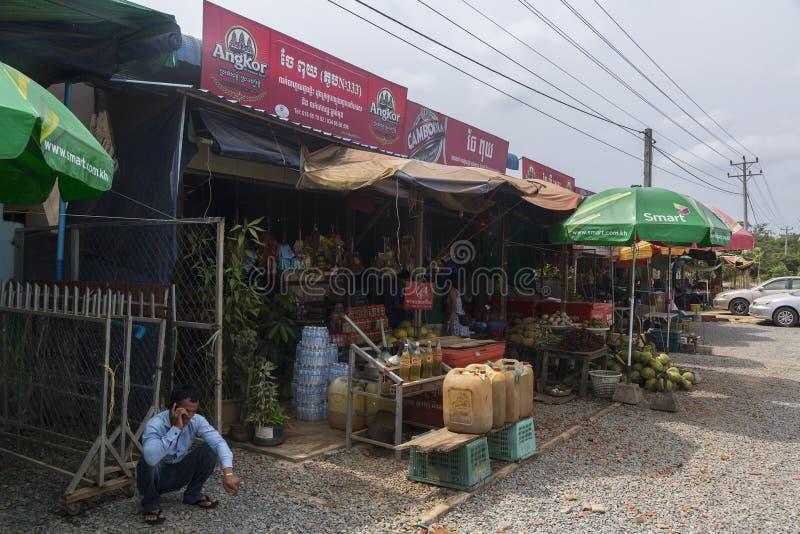 Vente d'essence dans la route au Cambodge images libres de droits