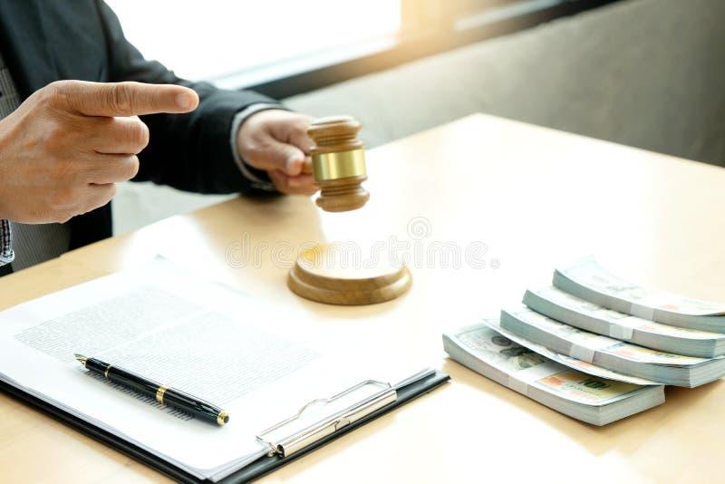 vente d'offre de vente aux enchères de juge image stock