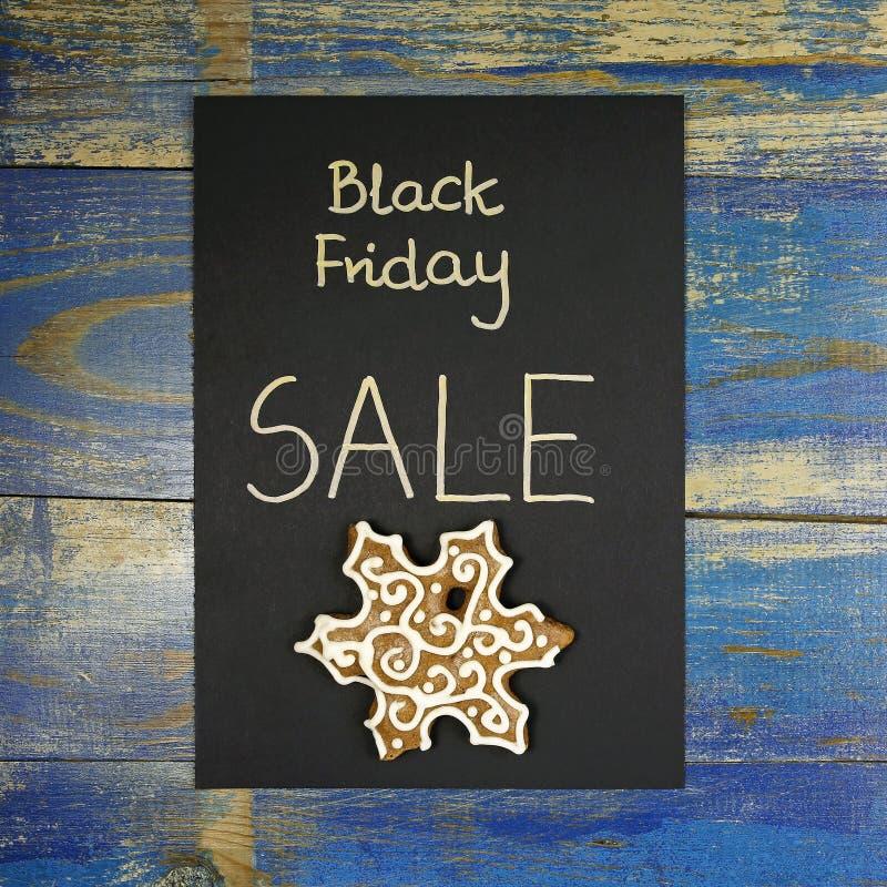 Vente de Black Friday avec le pain d'épice sur la carte noire images libres de droits