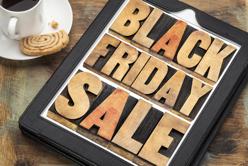 Vente de Black Friday dans le type en bois sur le comprimé images stock