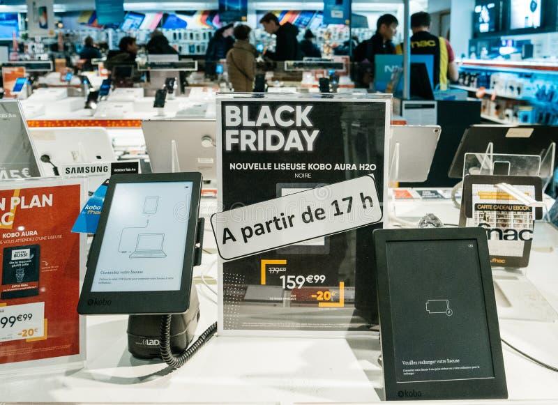 Vente de Black Friday de l'électronique au kobo de magasin de FNAC, les gens, heu photo libre de droits
