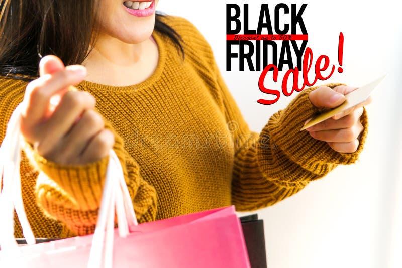 Vente de Black Friday, sac à provisions heureux de prise de fille images libres de droits