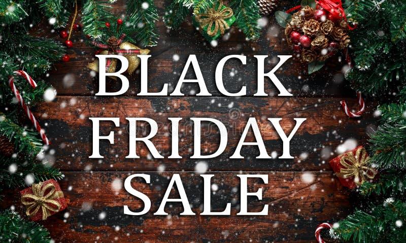 Vente de Black Friday sur le fond en bois de décoration de Noël photos stock