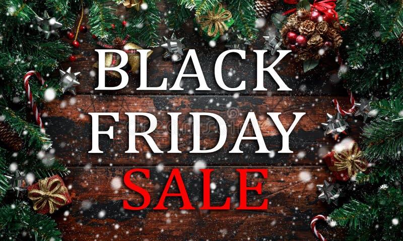 Vente de Black Friday sur le fond en bois de décoration de Noël image libre de droits