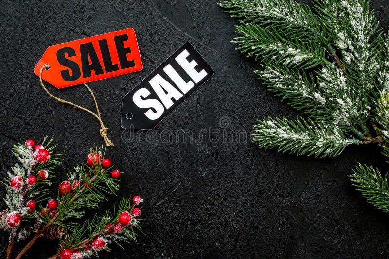 Vente de l'hiver La vente marque près des branches impeccables sur le copyspace noir de vue supérieure de fond image libre de droits
