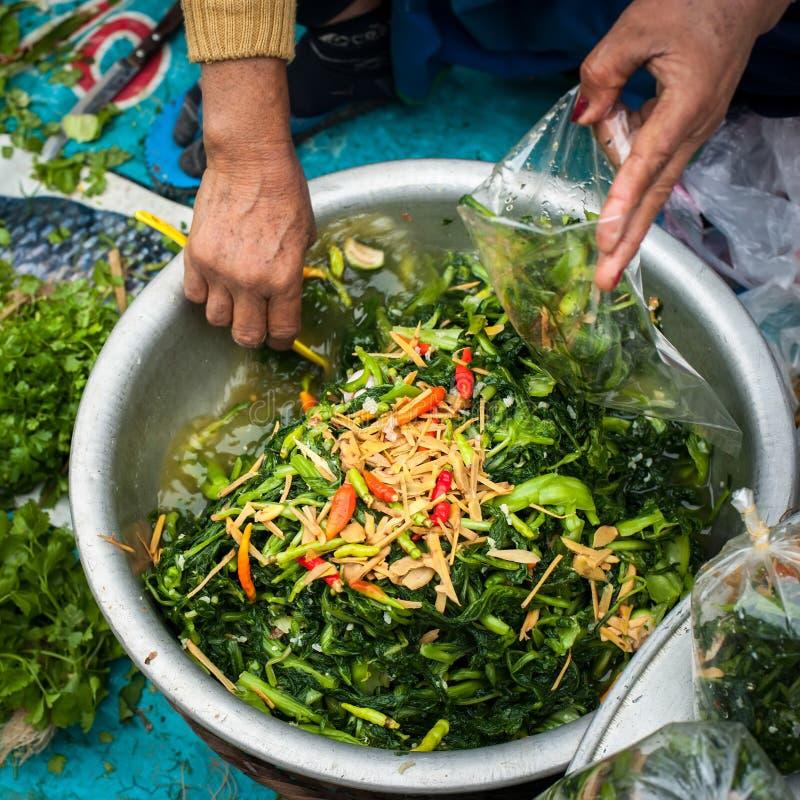 Vente de la nourriture au marché asiatique traditionnel laos image libre de droits