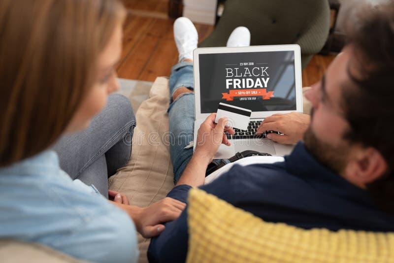 Vente de promotion de Black Friday sur l'écran d'ordinateur portable photographie stock libre de droits