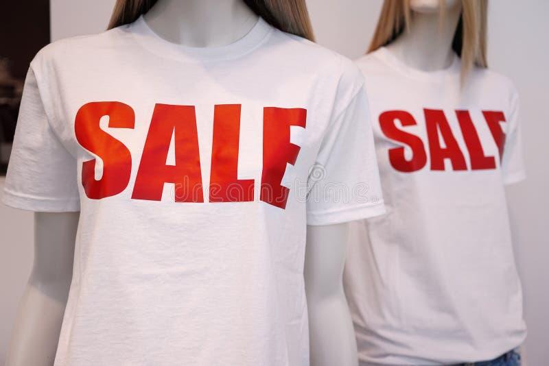 Vente de publicité de mannequins de fenêtre de boutique photo libre de droits