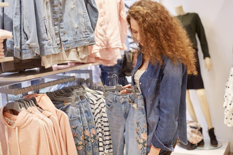 Vente de ressort de l'habillement de la jeunesse qui convient à n'importe quel adolescent élégant qui suit la mode La jeune fille photo stock