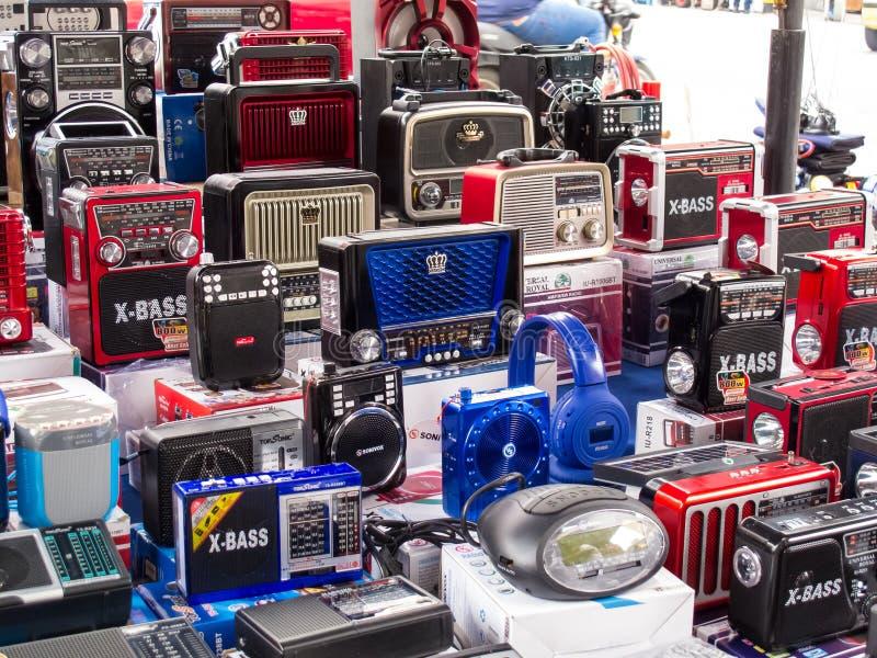 Vente de rue des radios portatives à piles de style de cru au centre de la ville de Cali photo stock