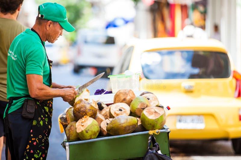 Vente de rue de l'eau de noix de coco à Carthagène de Indias image stock