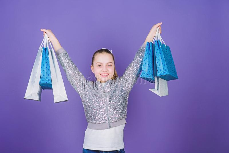 Vente de week-end Enfant heureux Petite fille avec des cadeaux Petite fille avec des sacs ? provisions mode d'enfant employ? de m photos stock
