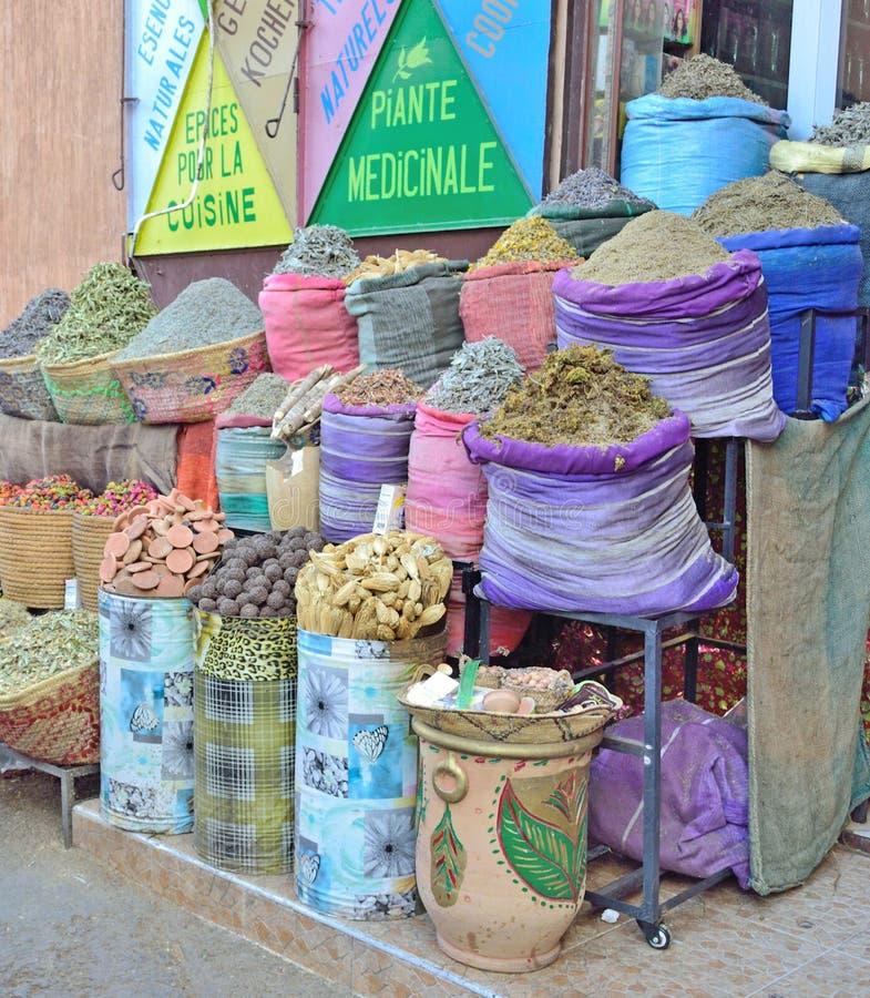 Vente des épices et des herbes sur le marché à Marrakech au Maroc photos stock