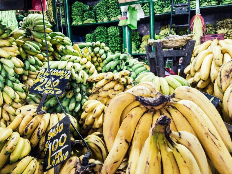 Vente des bananes sur le marché avec les signes qui indiquent le type de banane qui est vendue : photo libre de droits