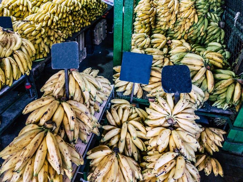 Vente des bananes sur le marché avec les signes vides photos libres de droits