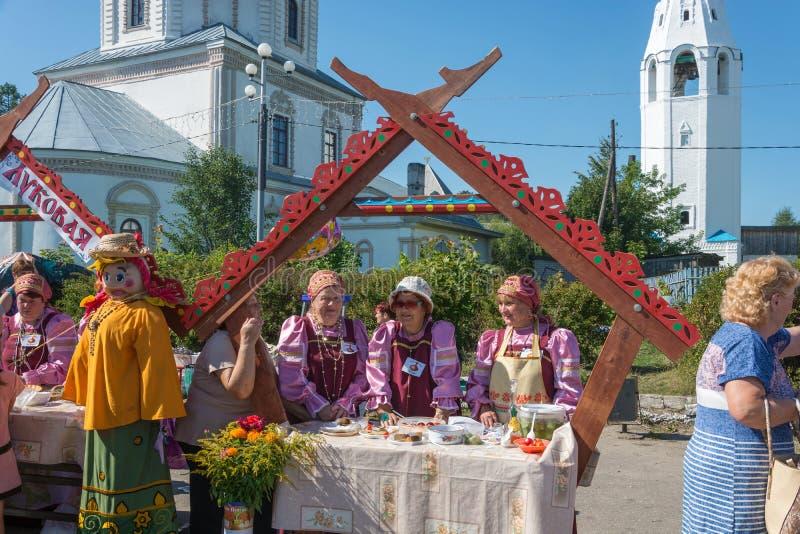 Vente des concombres et de la tomate marinés au festival-fa régional image stock