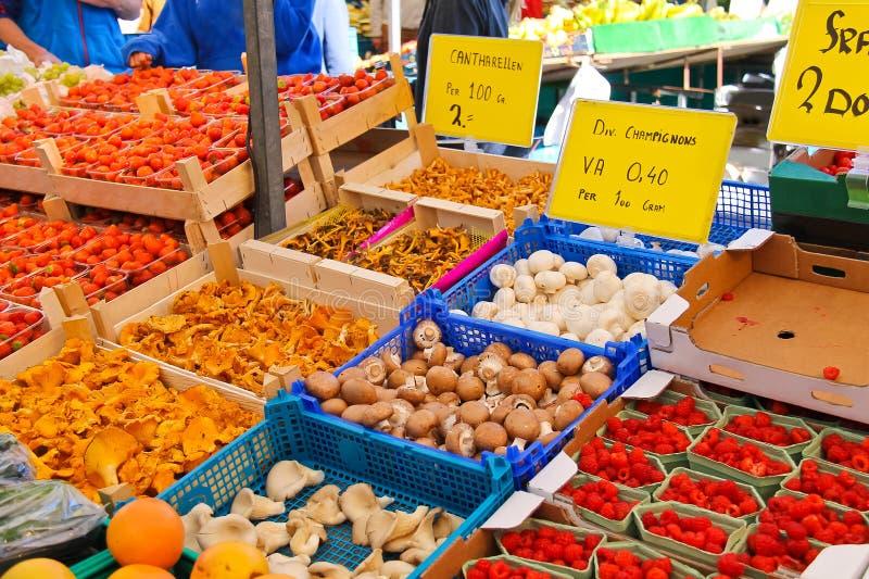 Vente des fruits et légumes sur le marché images libres de droits