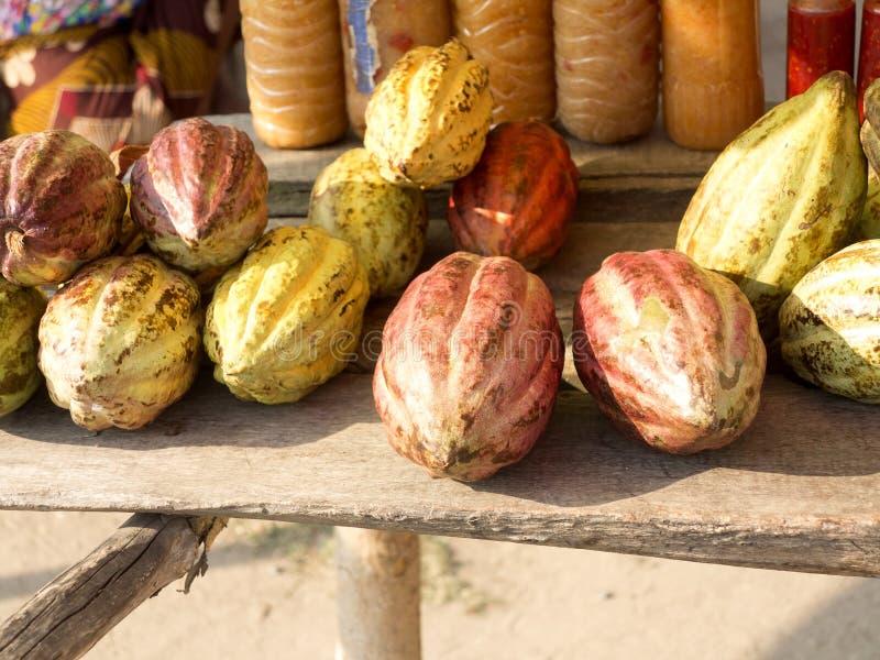 vente des graines de cacao par le bord de la route, Madagascar photos stock