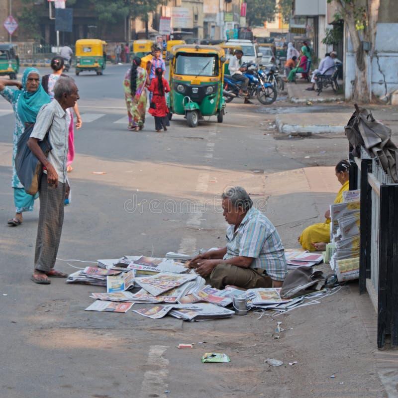 Vente des journaux sur une rue indienne occupée photographie stock libre de droits