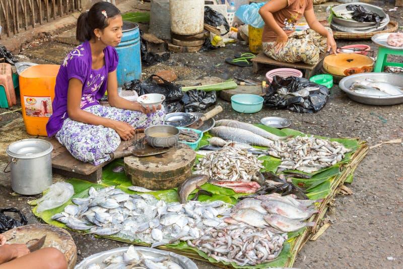 Vente des poissons photo ditorial image du dame for Nourriture du poisson