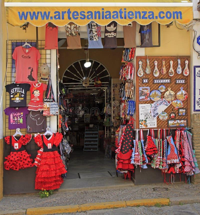 Vente des souvenirs dans la vieille ville de Séville images stock