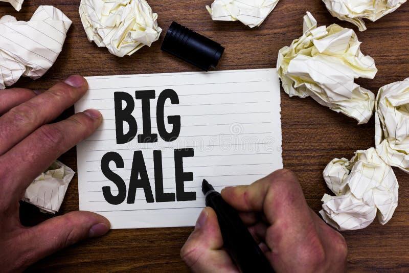 Vente des textes d'écriture de Word grande Concept d'affaires pour mettre des produits sur le grand homme de Black Friday des pri photos stock