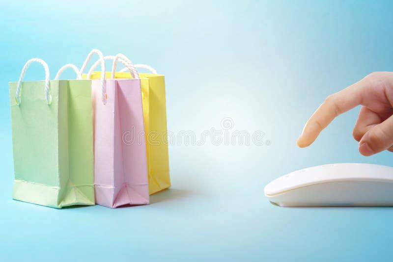 Vente du concept en ligne L'ordre en ligne, est très populaire dans le présent Les doigts pressent, cliquent sur juste la souris  image libre de droits