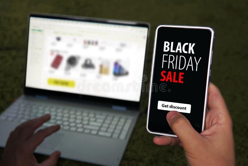 Vente du vendredi noir texte de remise d'offre spéciale sur un message d'écran de téléphone mobile Obtenir du code promotionnel p photographie stock libre de droits