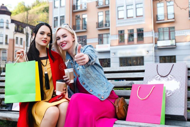 Vente et tourisme, concept heureux de personnes - belles femmes avec des paniers photos libres de droits