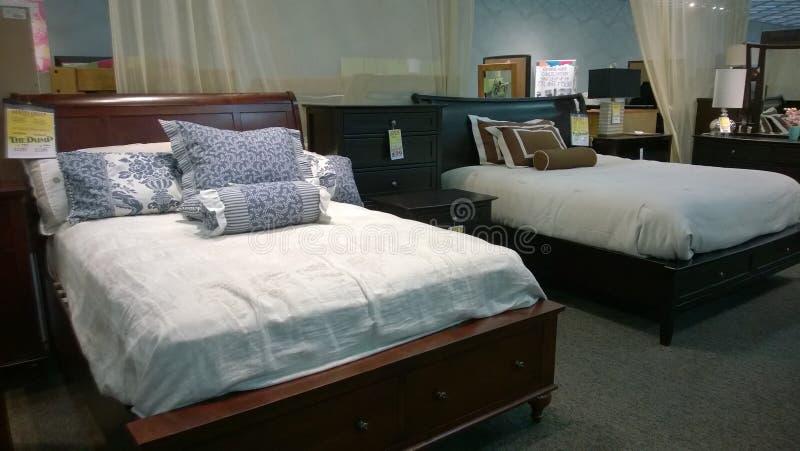 Vente gentille de lit et de matelas photo libre de droits