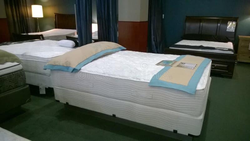 Vente gentille de lit et de matelas photo stock