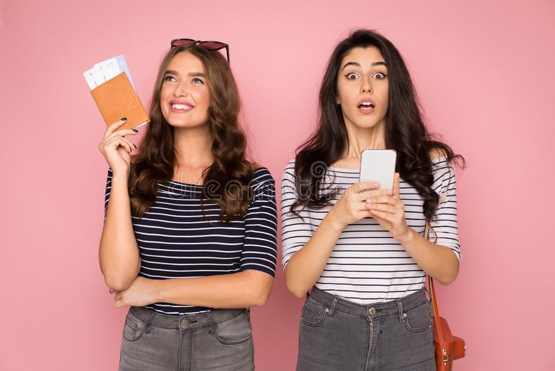 Vente incroyable Femmes se préparant au voyage, tenant les billets et le téléphone photographie stock libre de droits