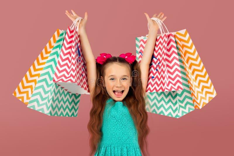 Vente Petite fille mignonne avec beaucoup de paniers Portrait d'un enfant sur des achats photos libres de droits
