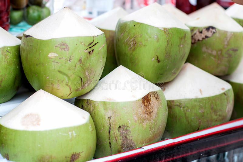 Vente verte de noix de coco photos stock