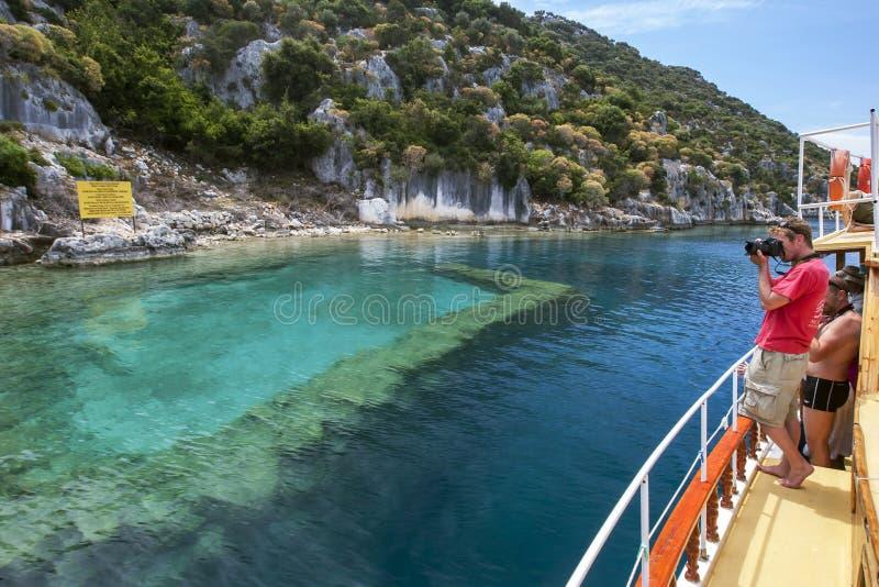 Ventes d'un bateau de touristes après une section de la ville submergée outre de l'île de Kekova dans la région méditerranéenne o photos libres de droits