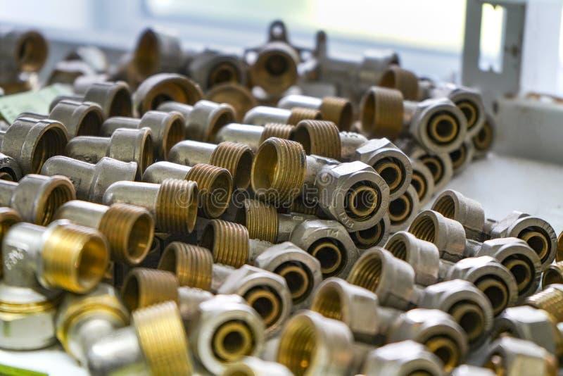 Ventes de tuyauterie Support avec des marchandises Quelques valves et garnitures en métal sur une étagère dans un atelier image libre de droits