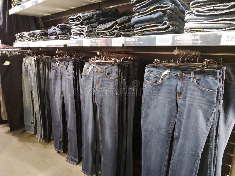 Ventes des jeans dans le magasin d'Ostin images stock