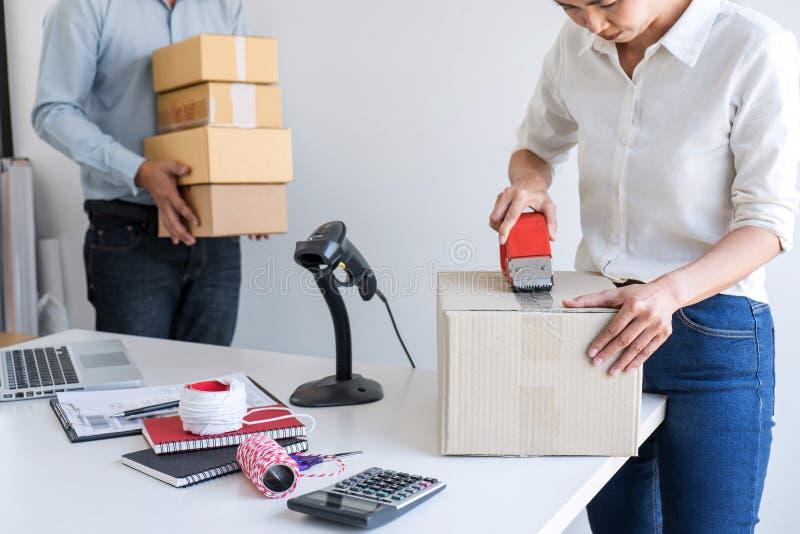 Ventes en ligne d'exp?dition, petite entreprise ou caisse d'emballage de service de distribution et de travail de propri?taire d' photo libre de droits